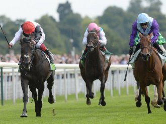 Arabian Queen (right) battles back to claim the scalp of Golden Horn into the Global